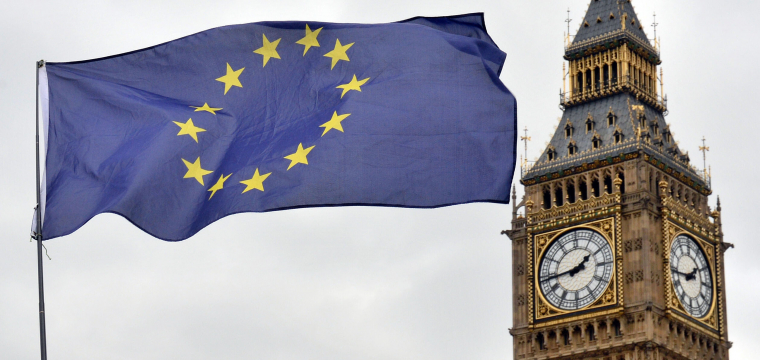 EU-Flagge und Big Ben in London